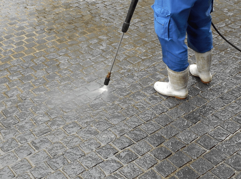 高圧洗浄の様子:地面の目地